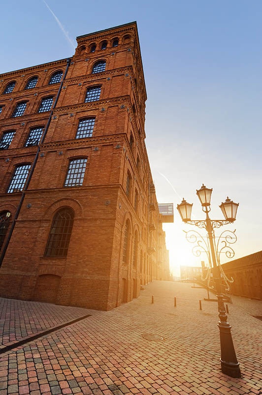 Oświetlenie budynku z cegły