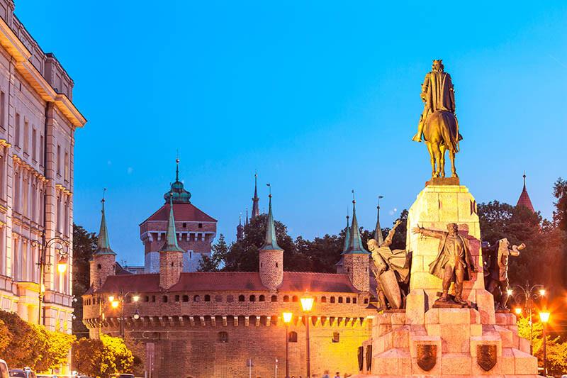 Stare miasto i latarnie z wiszącą oprawą