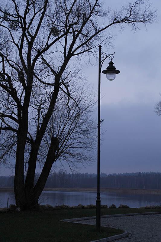 Wysoka latarnia stylowa nad jeziorem
