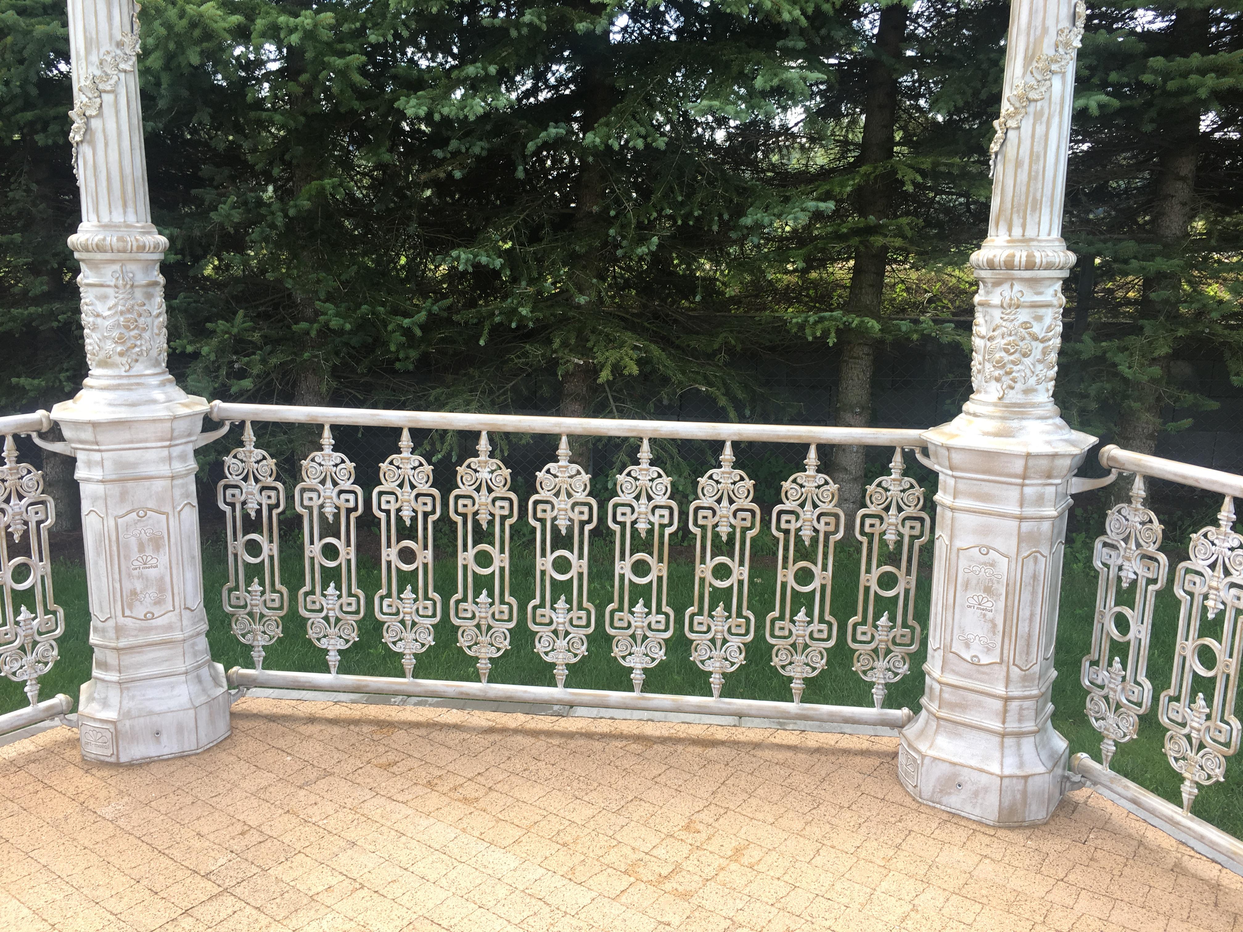 Altana ogrodowa AL1 sześciokątna z ozdobną balustradą.